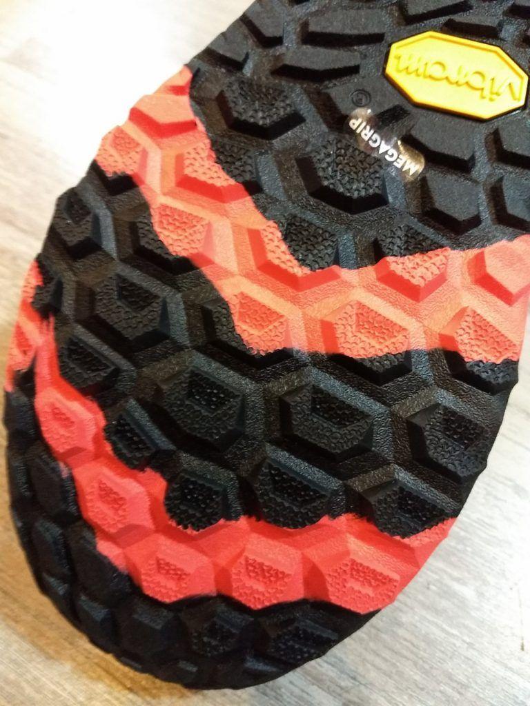 A examen las zapatillas de trail running NEW BALANCE HIERRO V5. 6